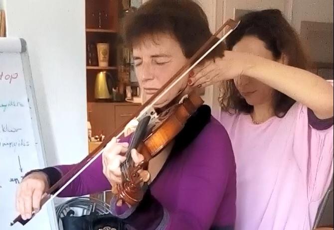 Hegedűtanulás az Alexander-technika órán